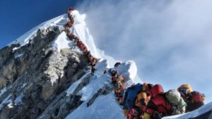 Escaladores haciendo cola para subir al everest